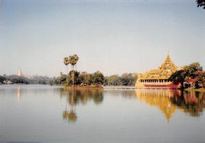 カンドージ湖と左にシュエダゴンの尖塔