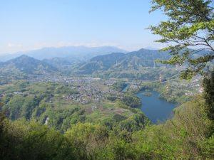 相模湖と背後の笹尾根の山並み